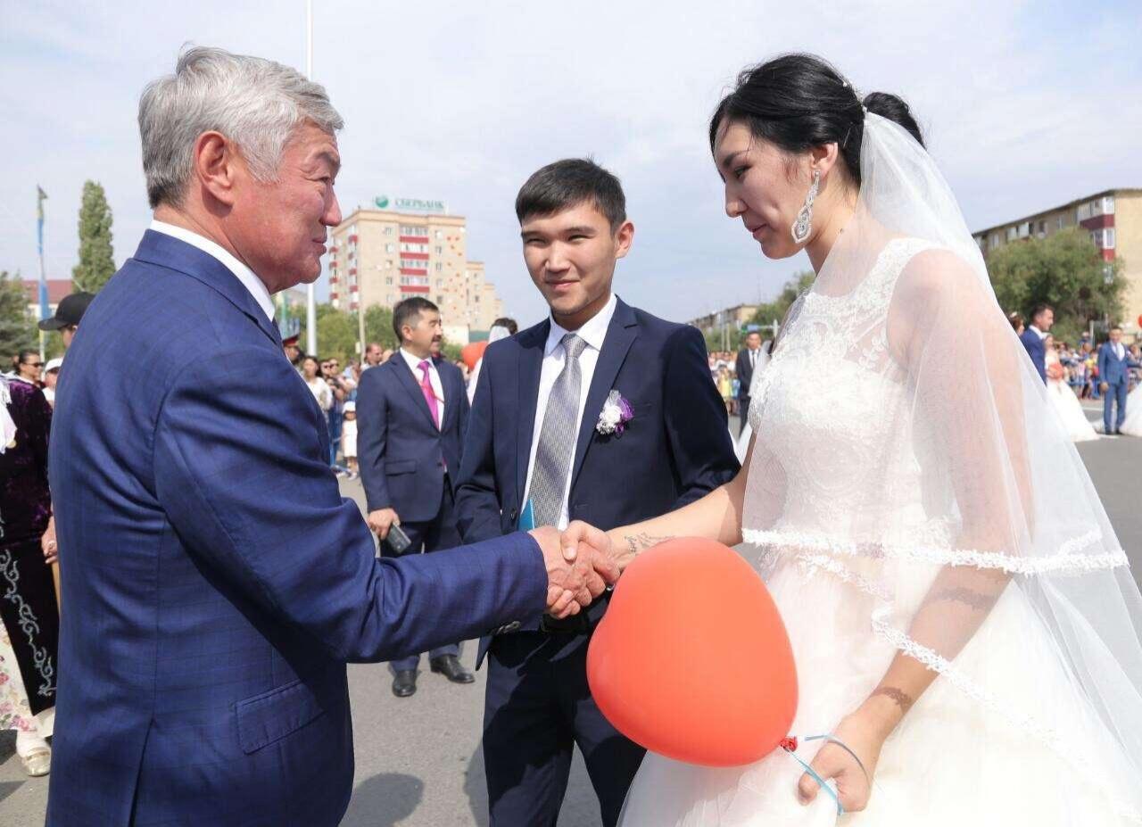 Бердыбек Сапарбаев поздравил молодожёнов