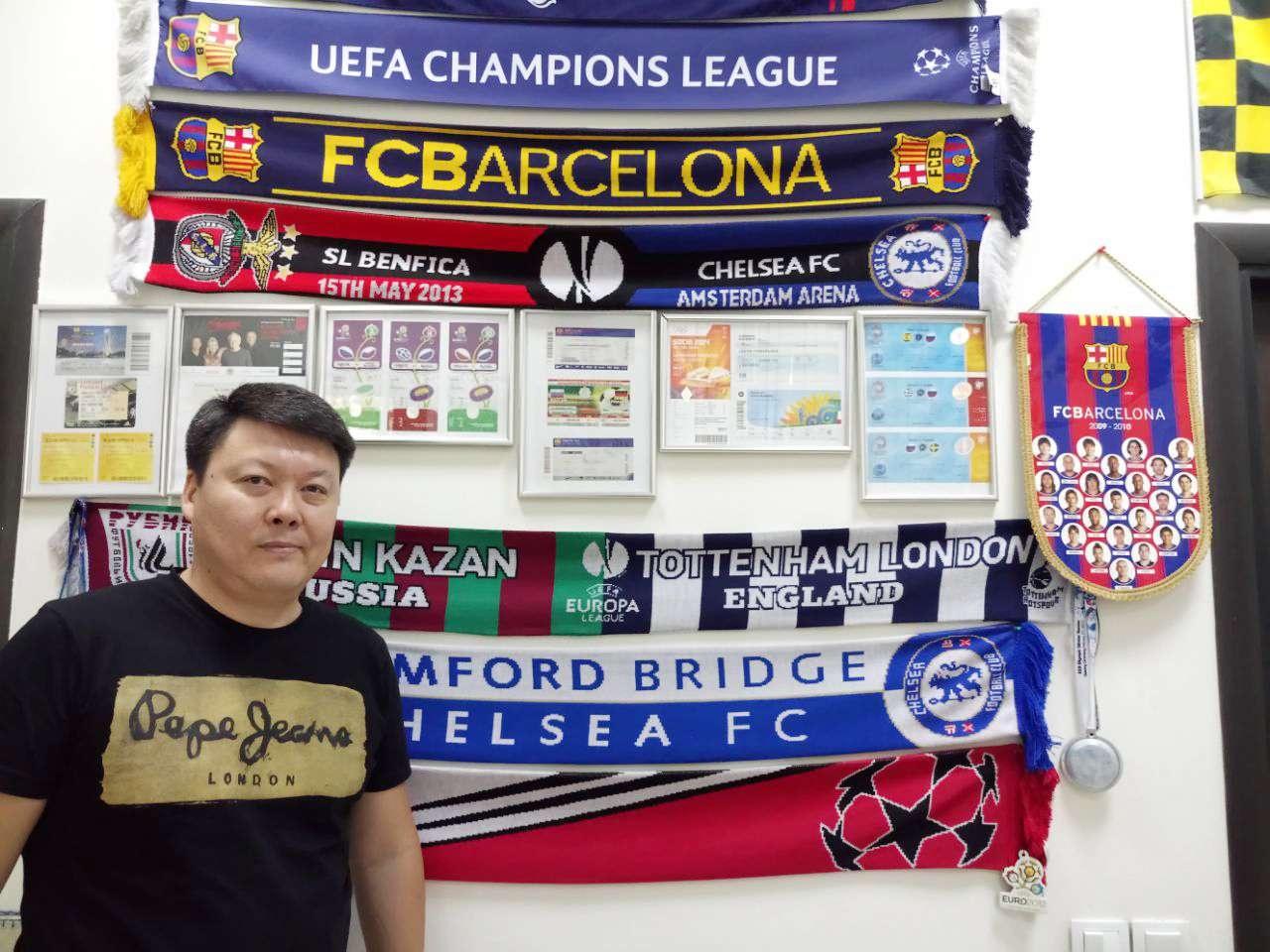Сабит Сулейменов с удовольствием демонстрирует целую коллекцию фанатских трофеев - он большой поклонник футбола