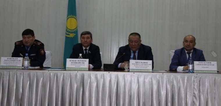 Алимжан Тохтасунов (крайний справа)