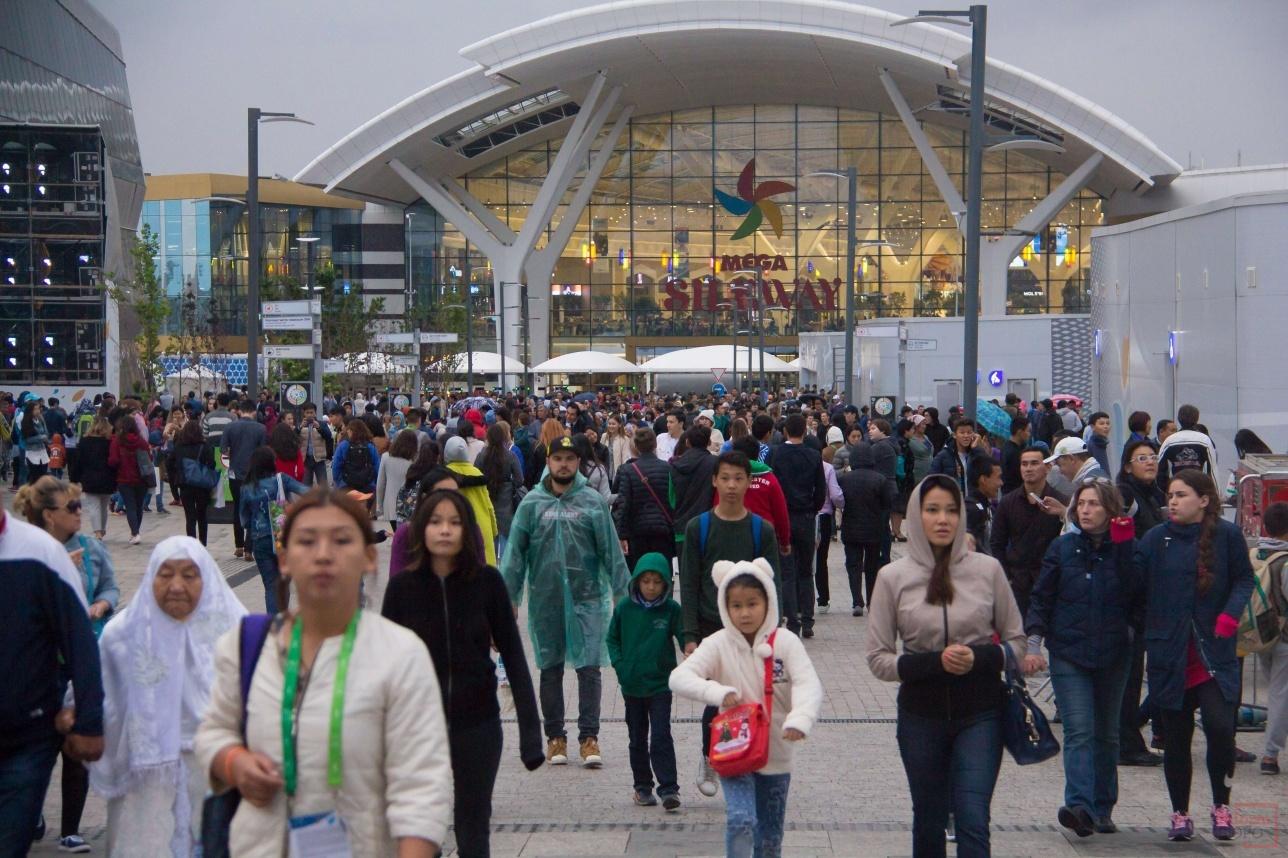 Некоторые предпочли подождать салют в Mega Silk Way