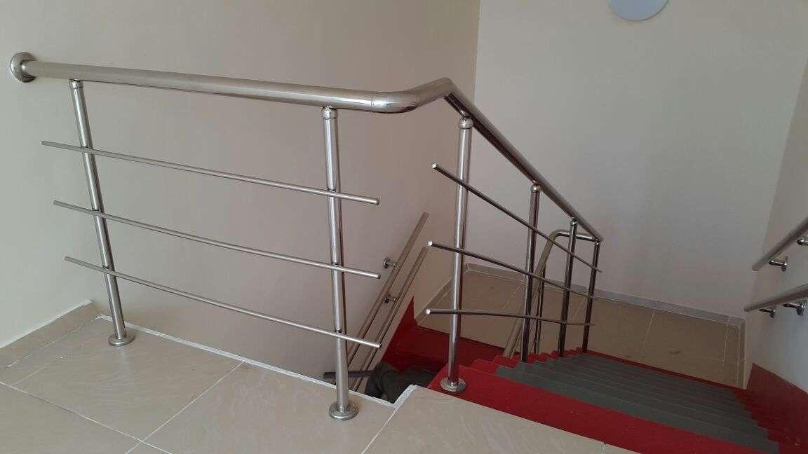 Крутые лестницы в новой школе для слабовидящих