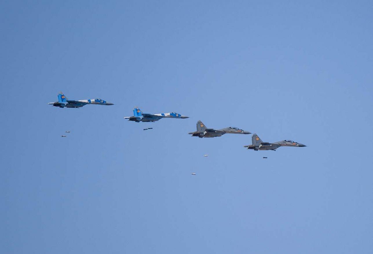 Совместное звено Су-30СМ и Су-27 выполняет бомбометание