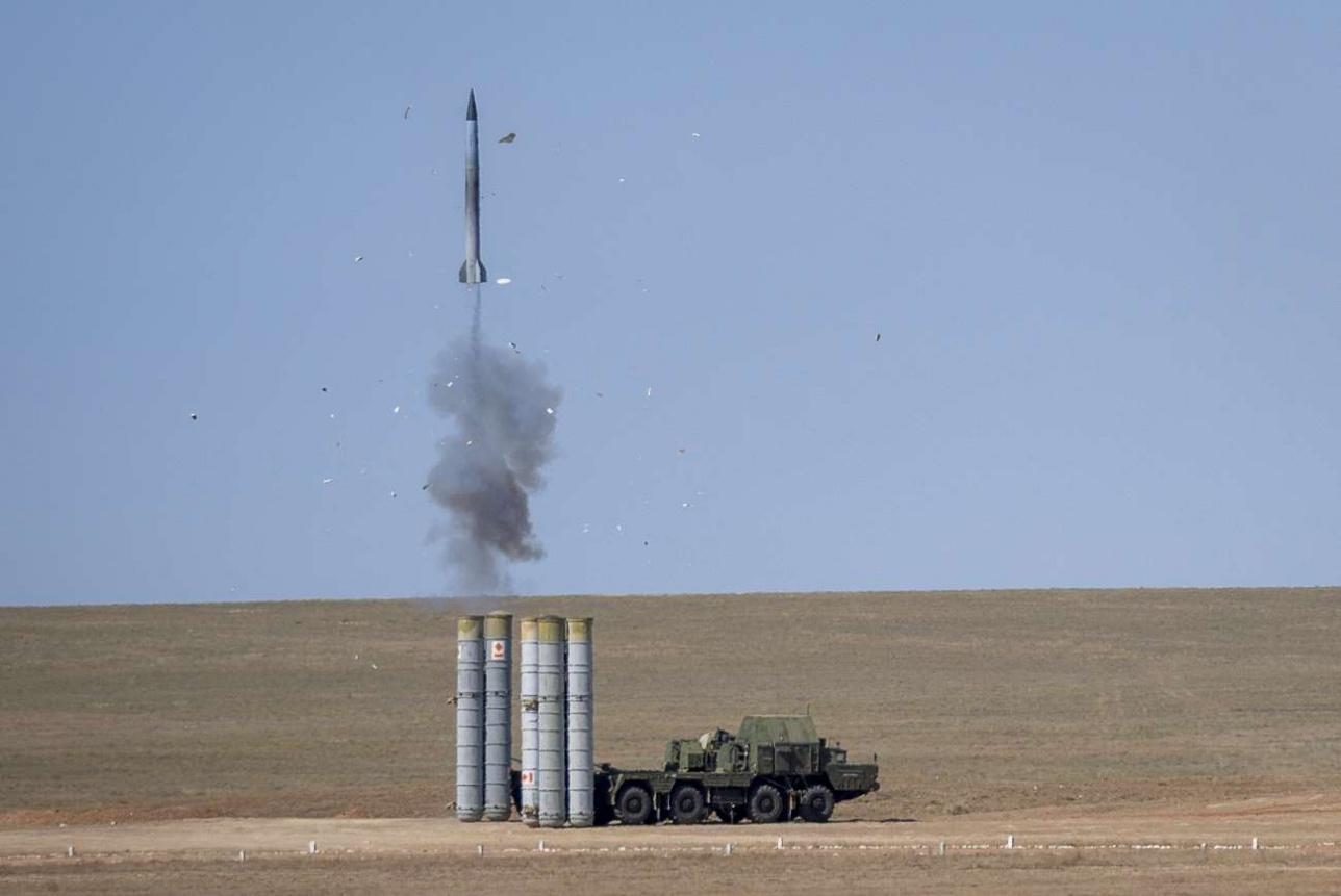 Выход ракеты ЗРК С-300 из транспортно-пускового контейнера