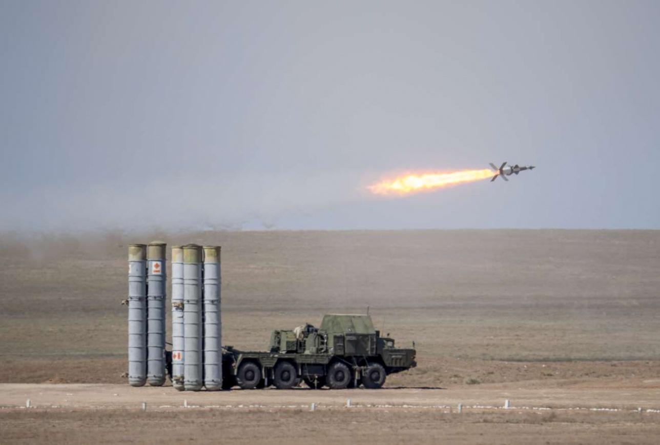 Ракета ЗРК С-125 проходит над пусковой установкой ЗРК С-300