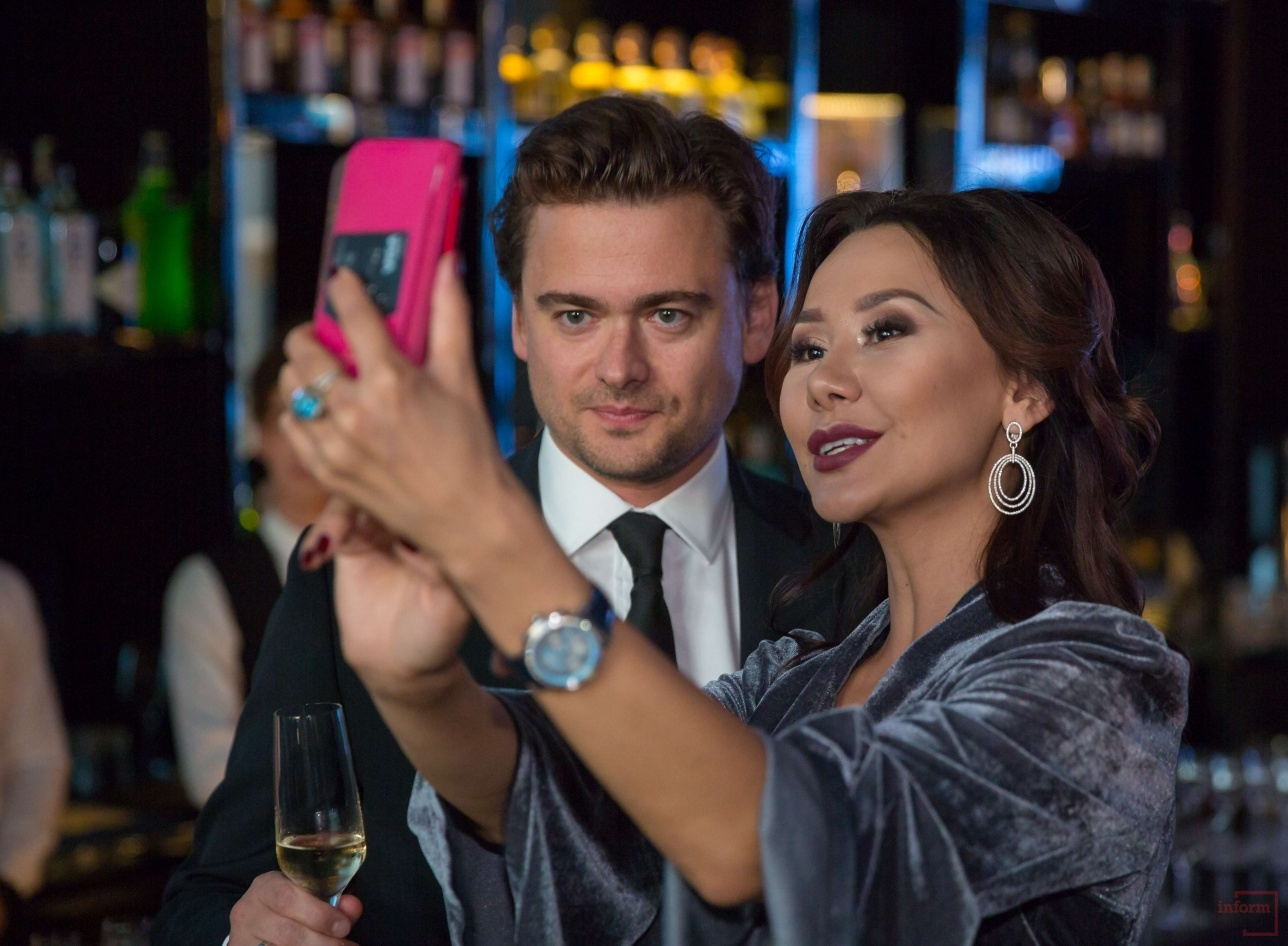Динара Сатжан и Борис Зарьков на открытии ресторана Selfie