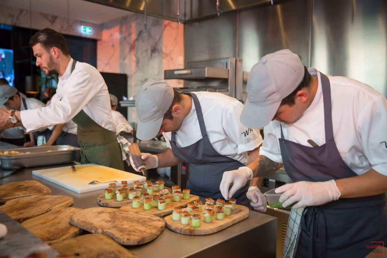 Гости могут наблюдать за приготовлением блюд