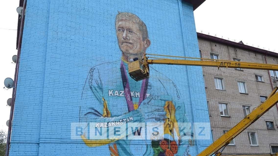 Александра Винокурова изобразили на фасаде одного из домов в СКО