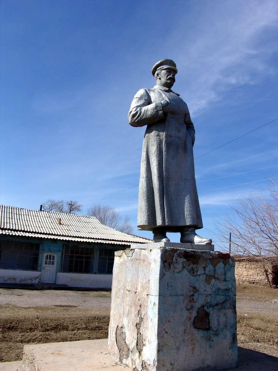 Памятник Сталину в кишлаке Старый Икан (Южно-Казахстанская область)