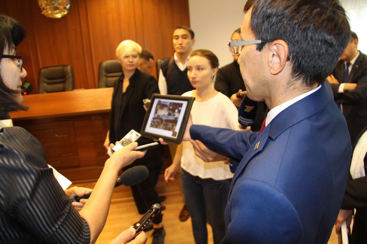 Сотрудник центра показывает журналистом, как ведётся наблюдение за судебными процессами в режиме онлайн