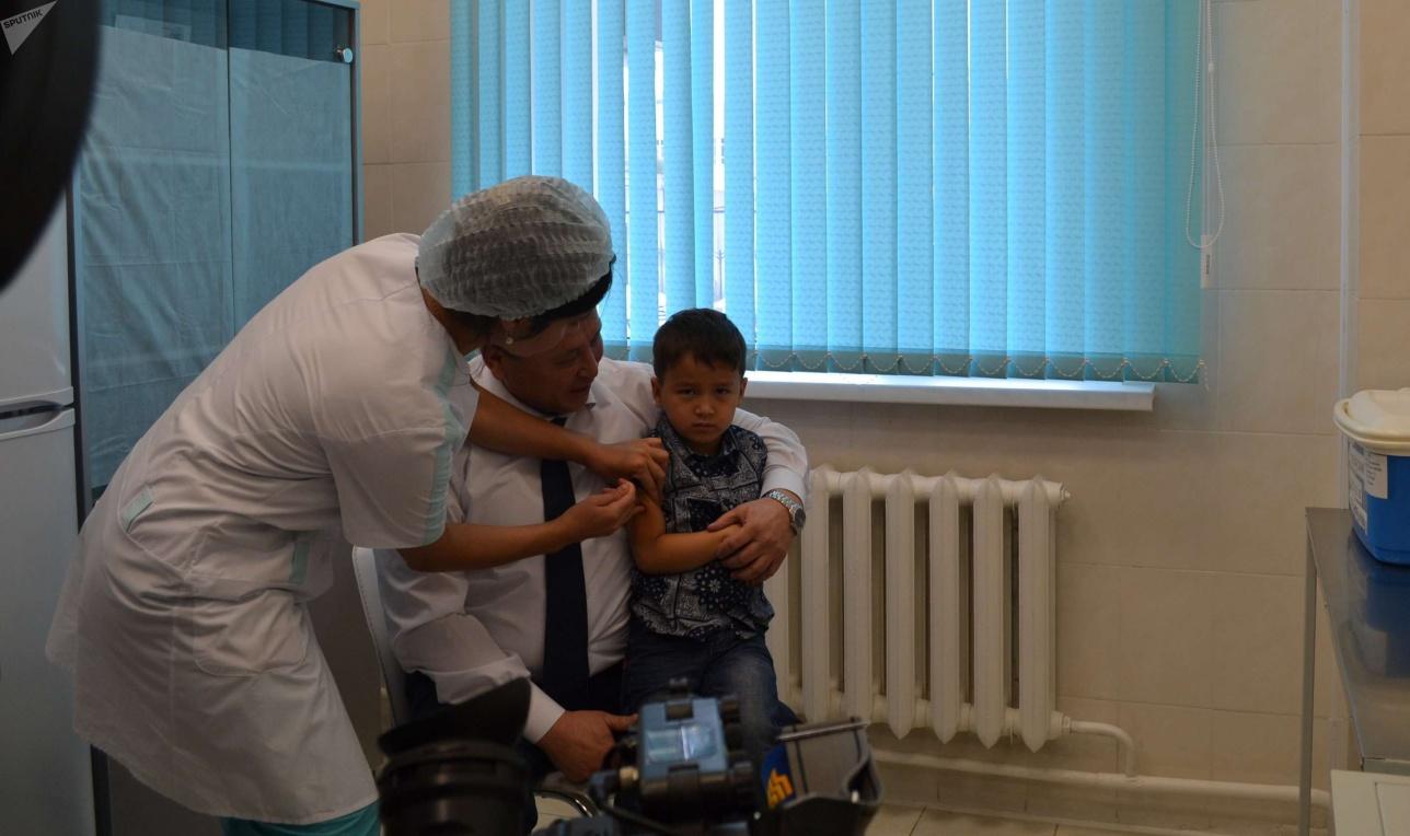 Главный санврач страны уже сделал прививку от гриппа своему внуку