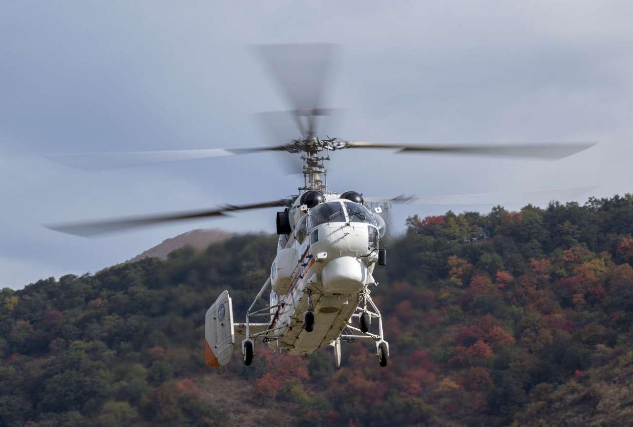 """Вертолет """"Казавиаспаса"""" садится на горную площадку"""
