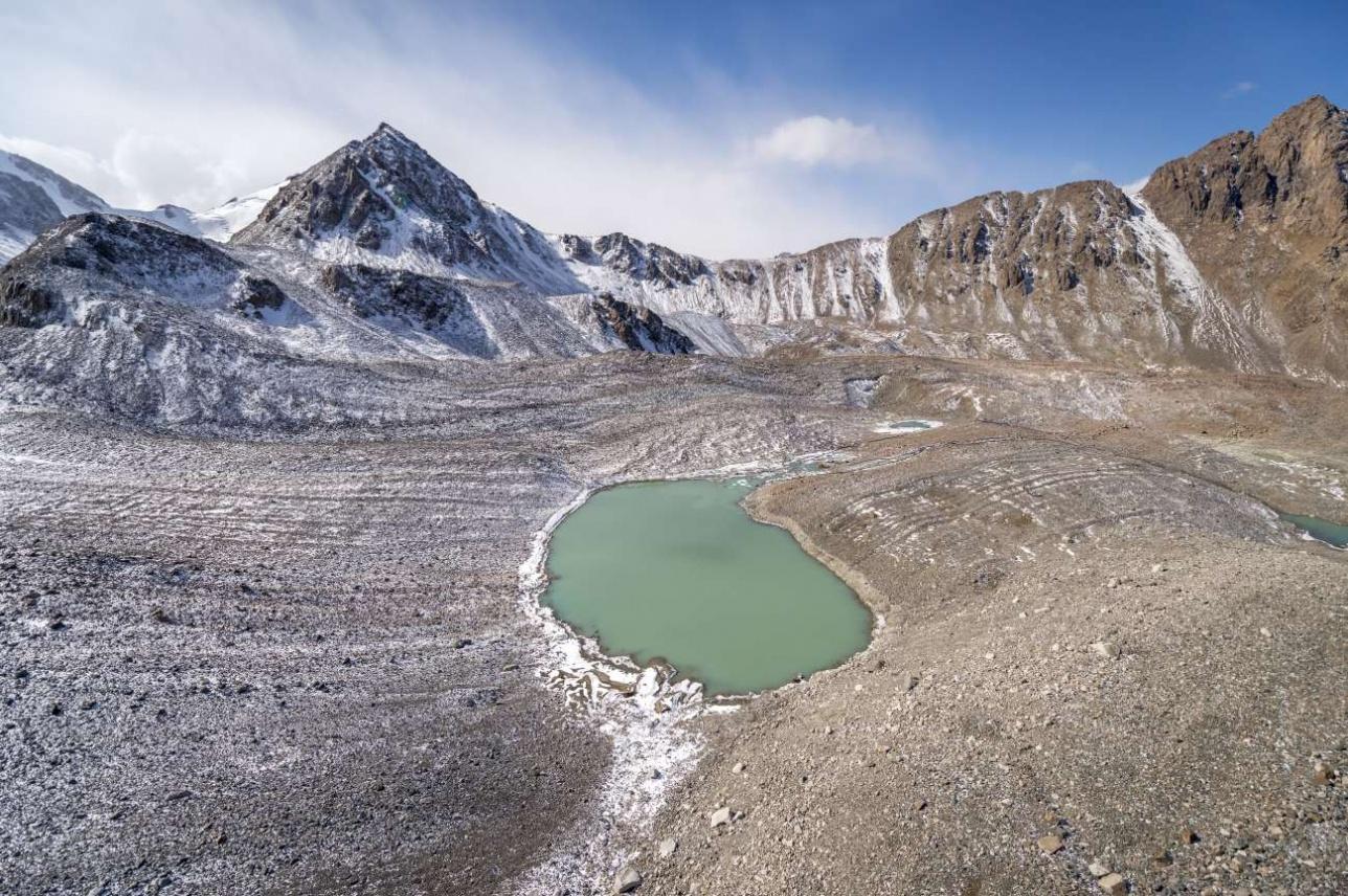В некоторых озерах вода осенью приобретает красивый оттенок