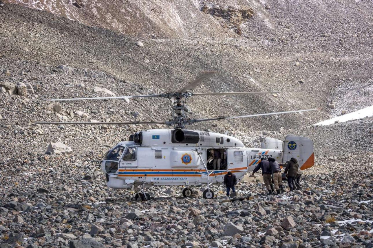 """Вертолет """"Казавиаспаса"""" снимает людей с морены"""