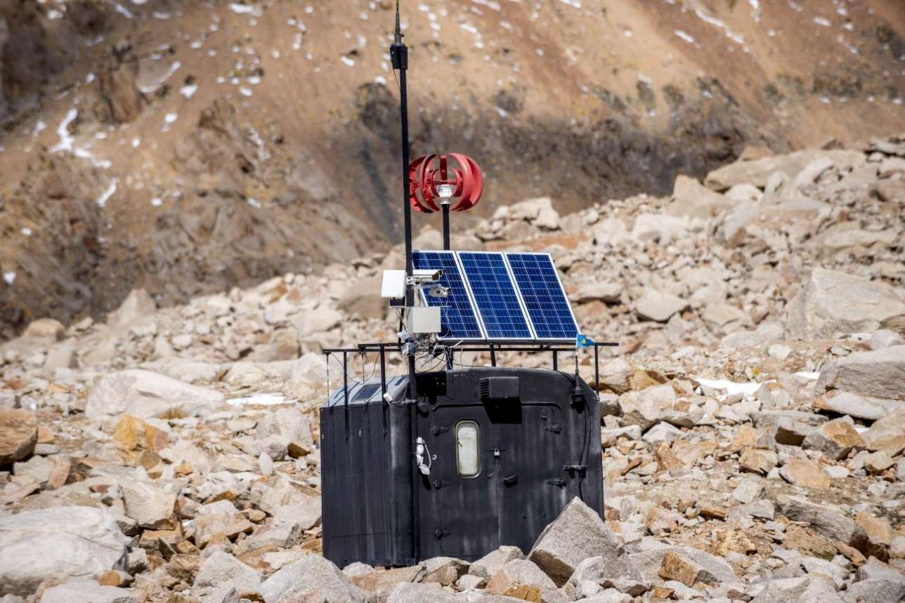 Автоматическая станция наблюдения на моренном озере №13/бис в верховьях Большой Алматинки