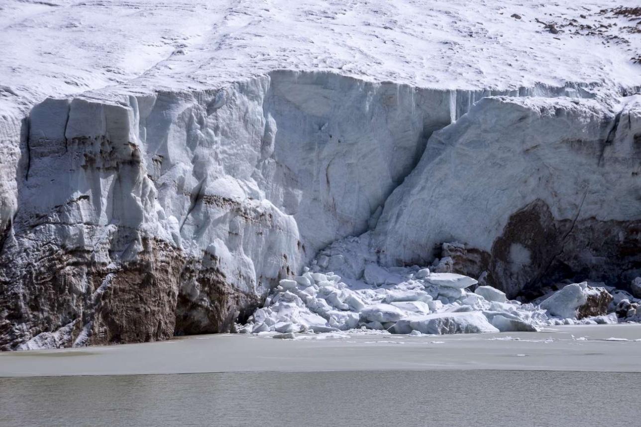 От ледника откалываются фрагменты, которые могут вызвать подъем уровня озера