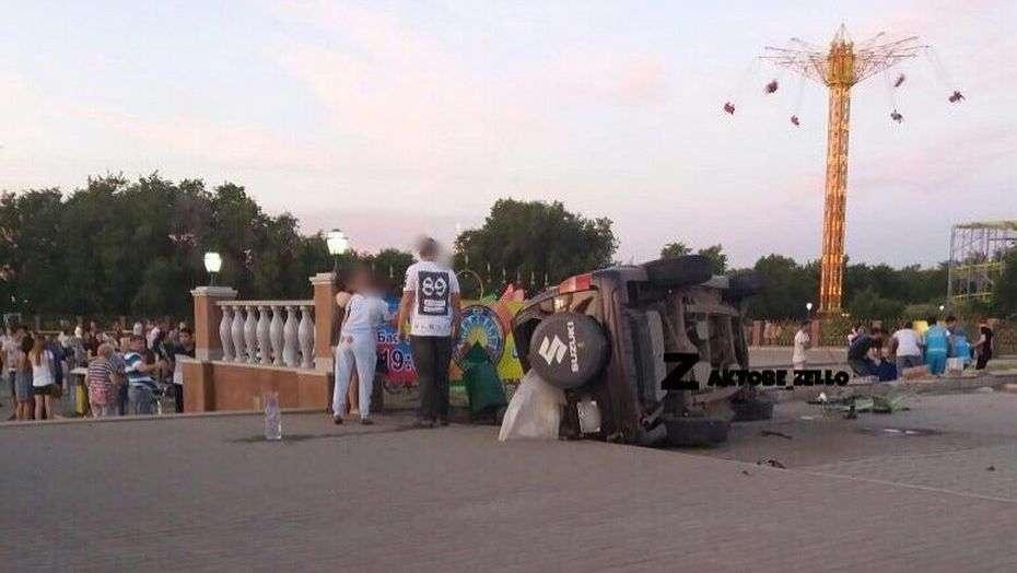 Девушка на джипе снесла ограждение парка и сбила гуляющую пару
