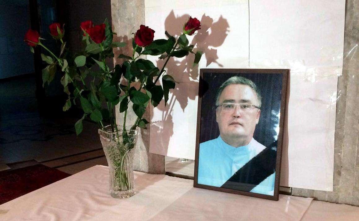 Бывшие пациенты Патсаева собираются в фойе у его портрета
