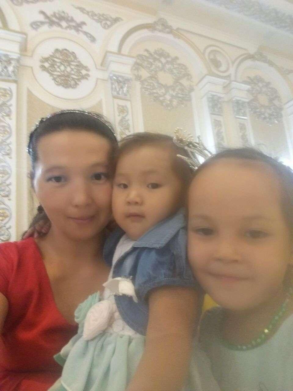 Мереке Козкенова со своими детьми