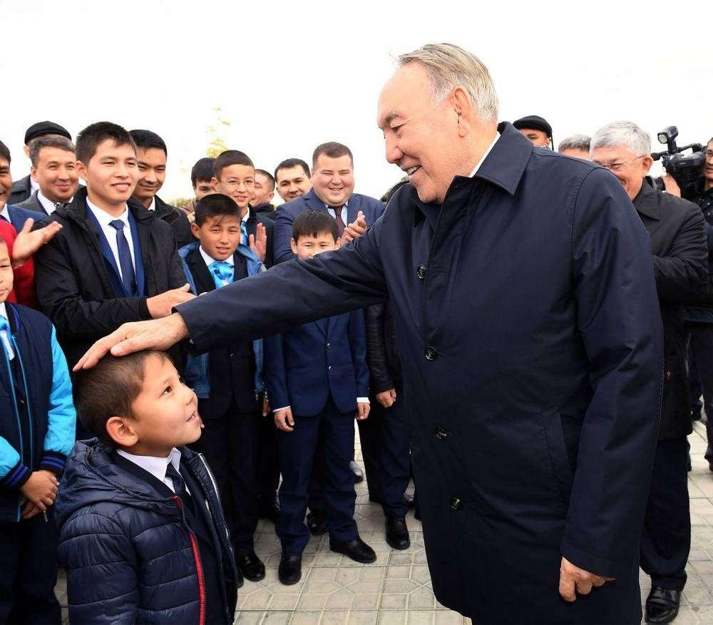 """Во время посещения спортивно-оздоровительного комплекса """"Арай"""" Назарбаев пообщался с молодёжью и детьми"""