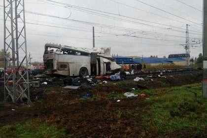 Разбившийся автобус уже оттащили с места ДТП