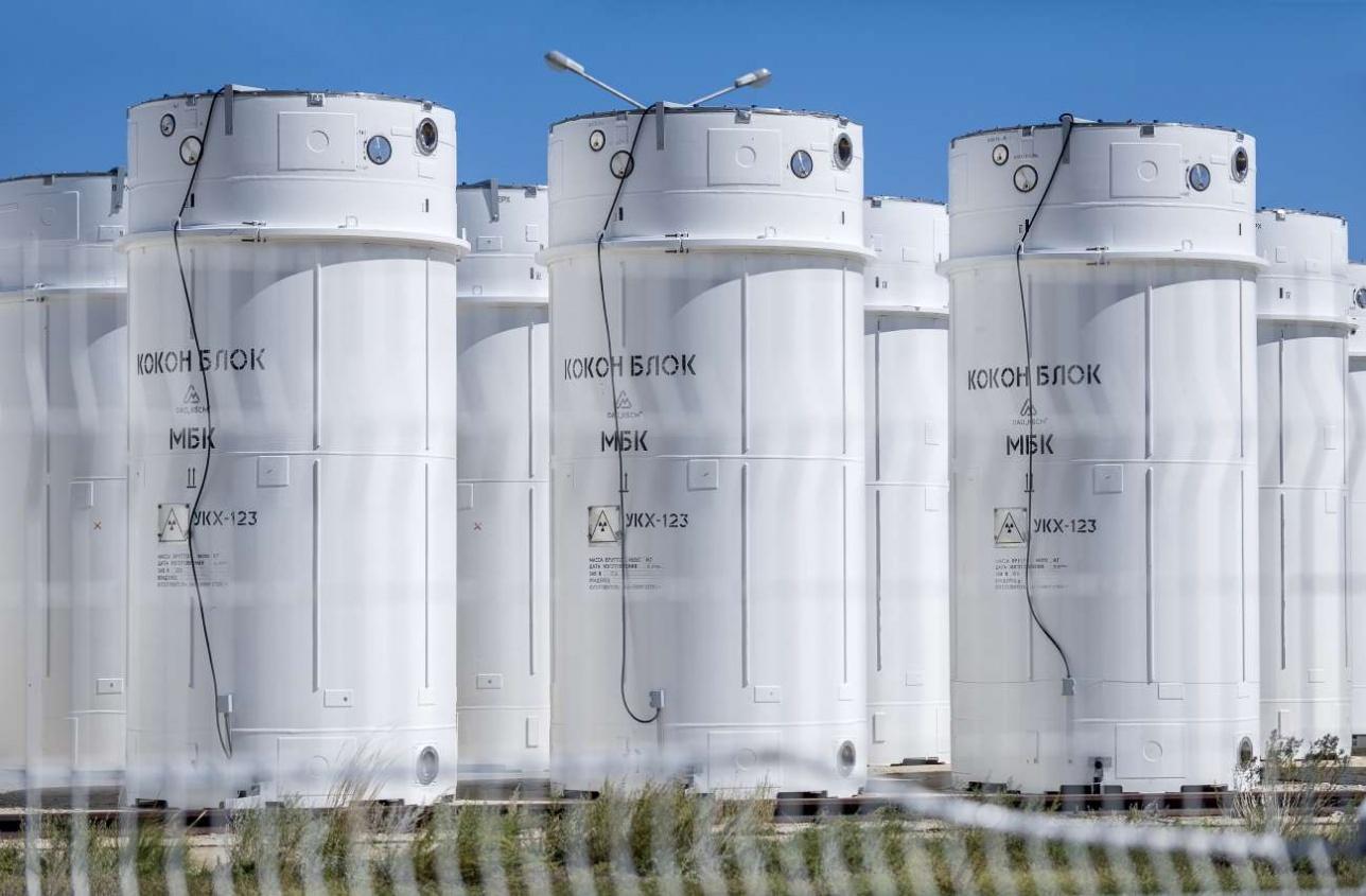 В этих контейнерах хранится отработавшее ядерное топливо остановленного энергетического реактора БН-350, который находится в Актау