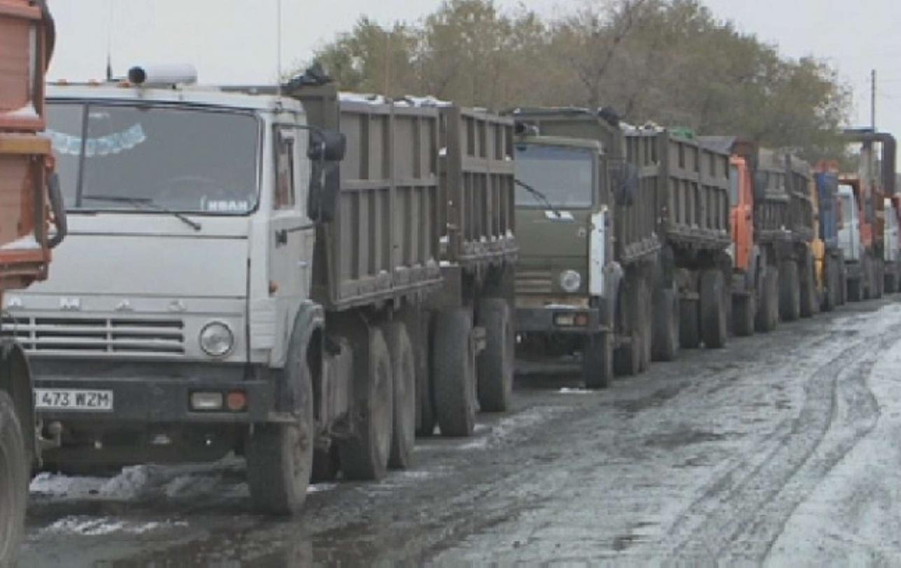 Очередь из грузовиков за углём
