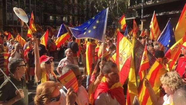 На воскресный митинг люди пришли с флагами Испании, Каталонии и Евросоюза