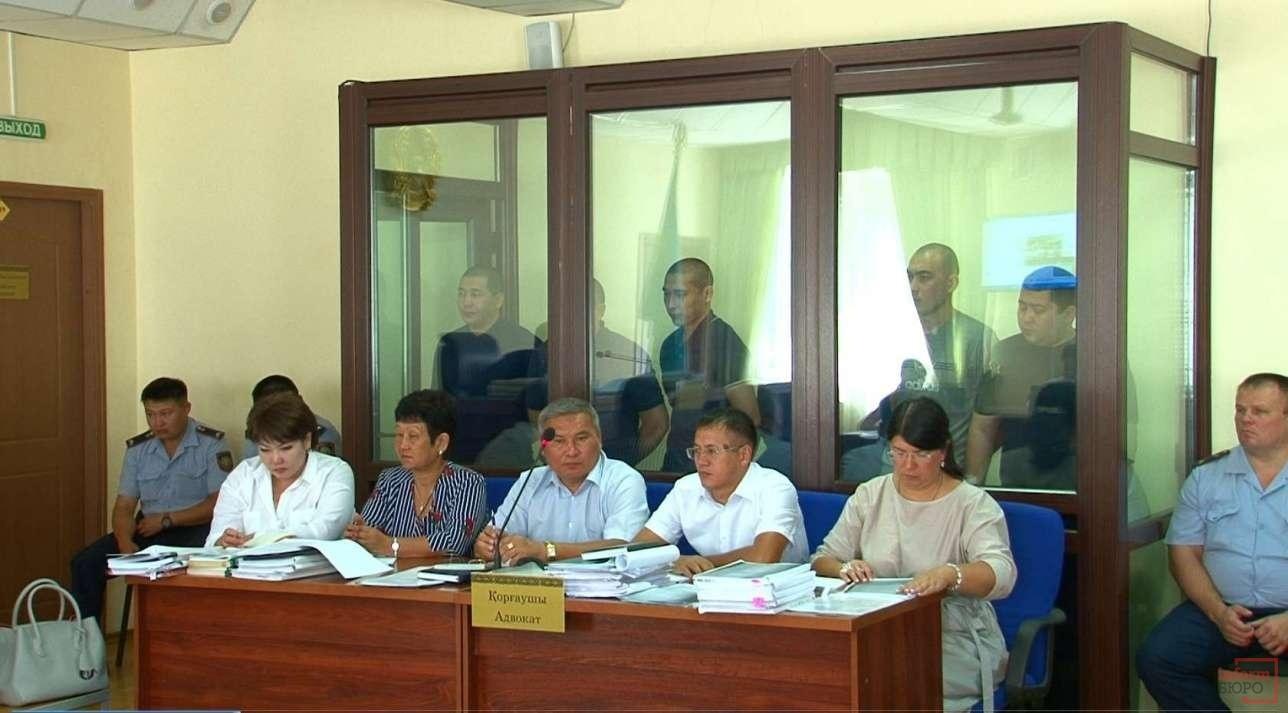 Обвиняемые по делу об убийстве братьев в ВКО и их адвокаты