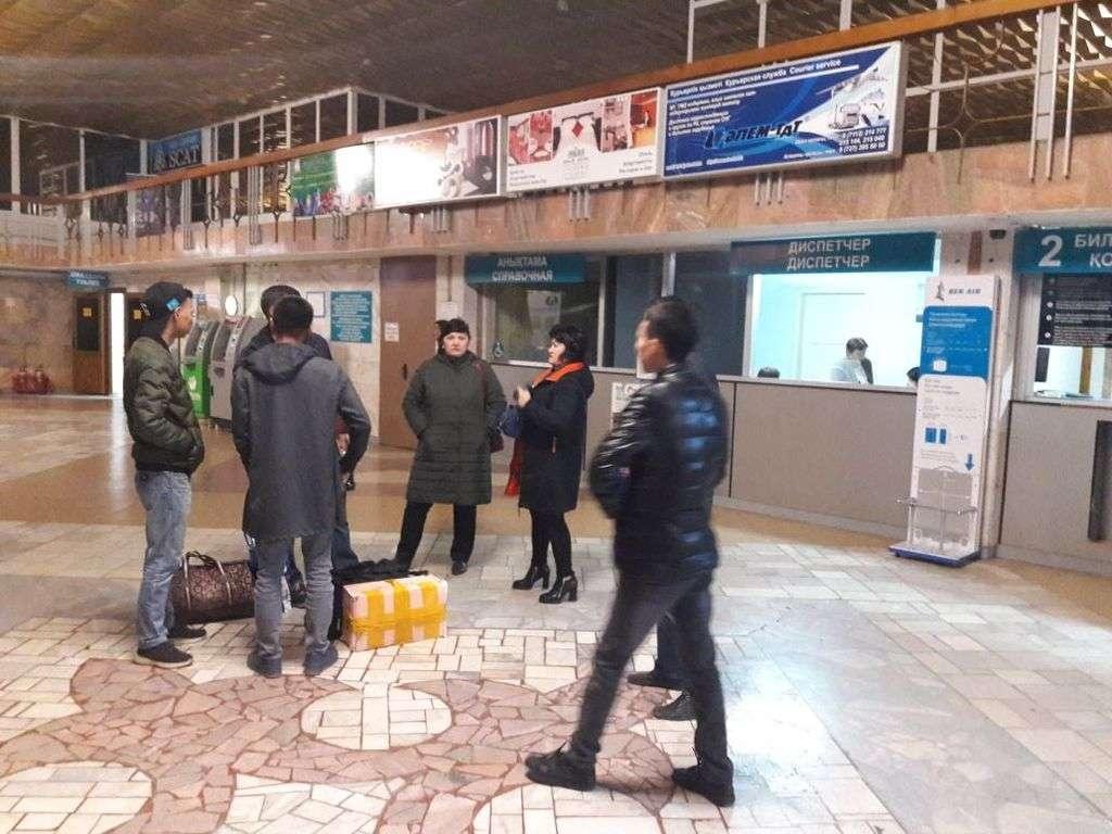 Пассажиры ждут, когда аэропорт возобновит работу