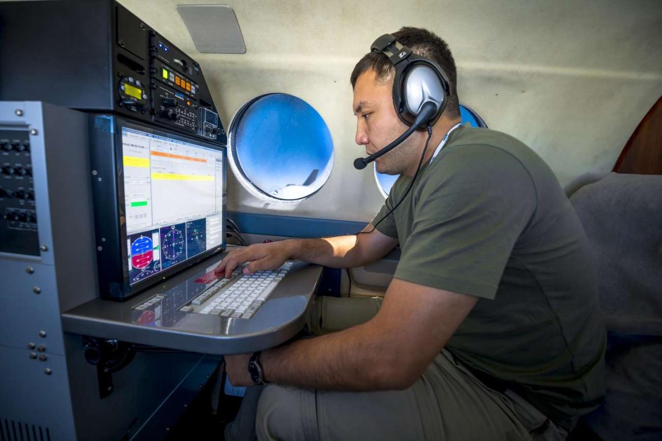 Инспектор летных проверок Данияр Туле внимательно следит за качеством сигнала от наземных радарных систем