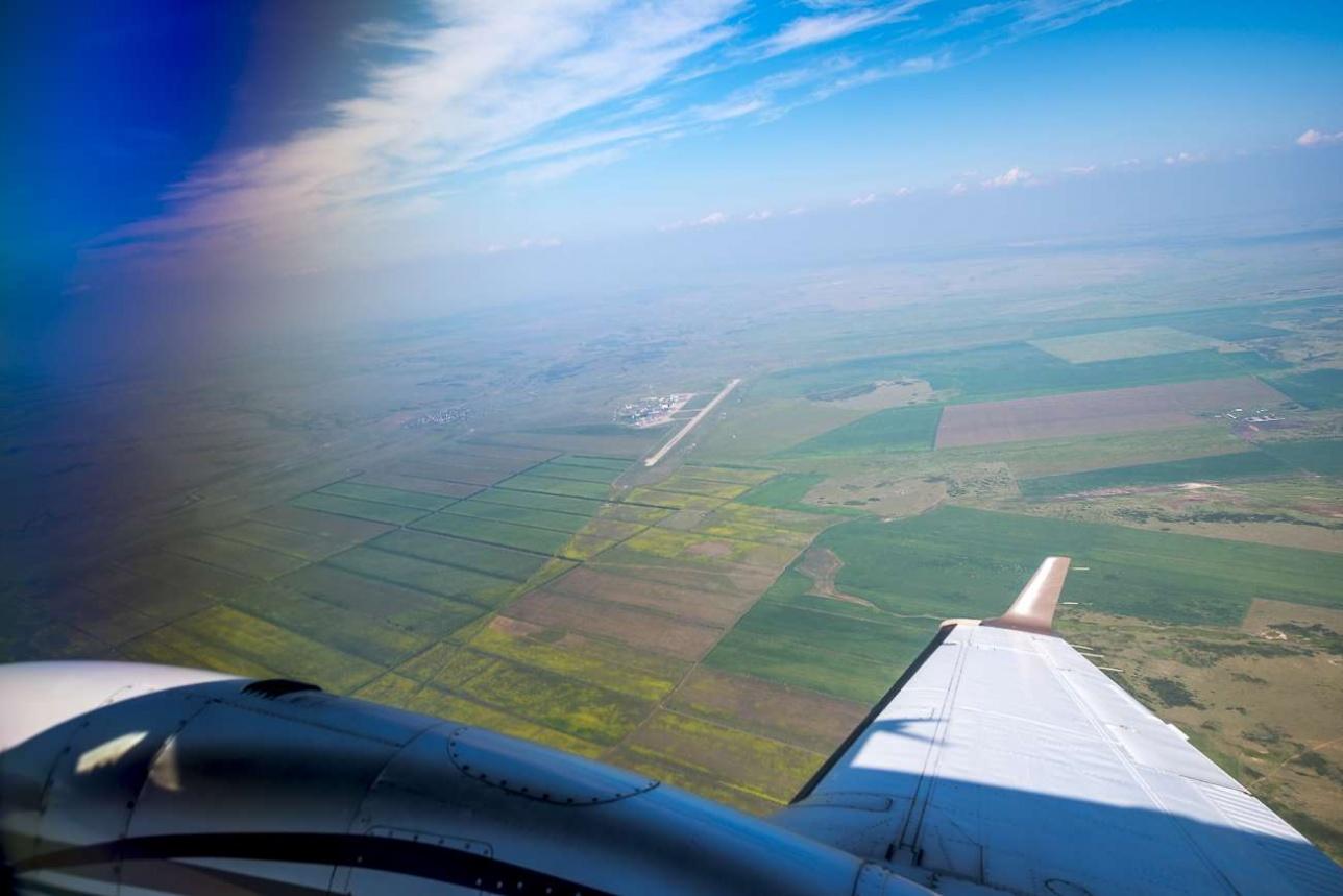 Одинокая полоса карагандинского аэропорта отчётливо просматривается на местности