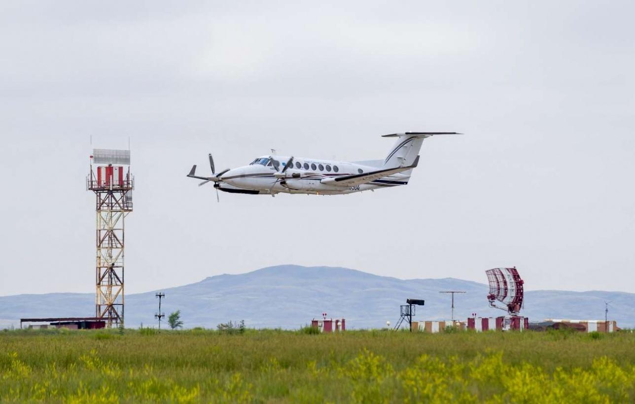 Проход над полосой. Слева тот самый вторичный радар ADS-B, справа первичный - подсвечивающий самолеты в зоне ответственности аэропорта.