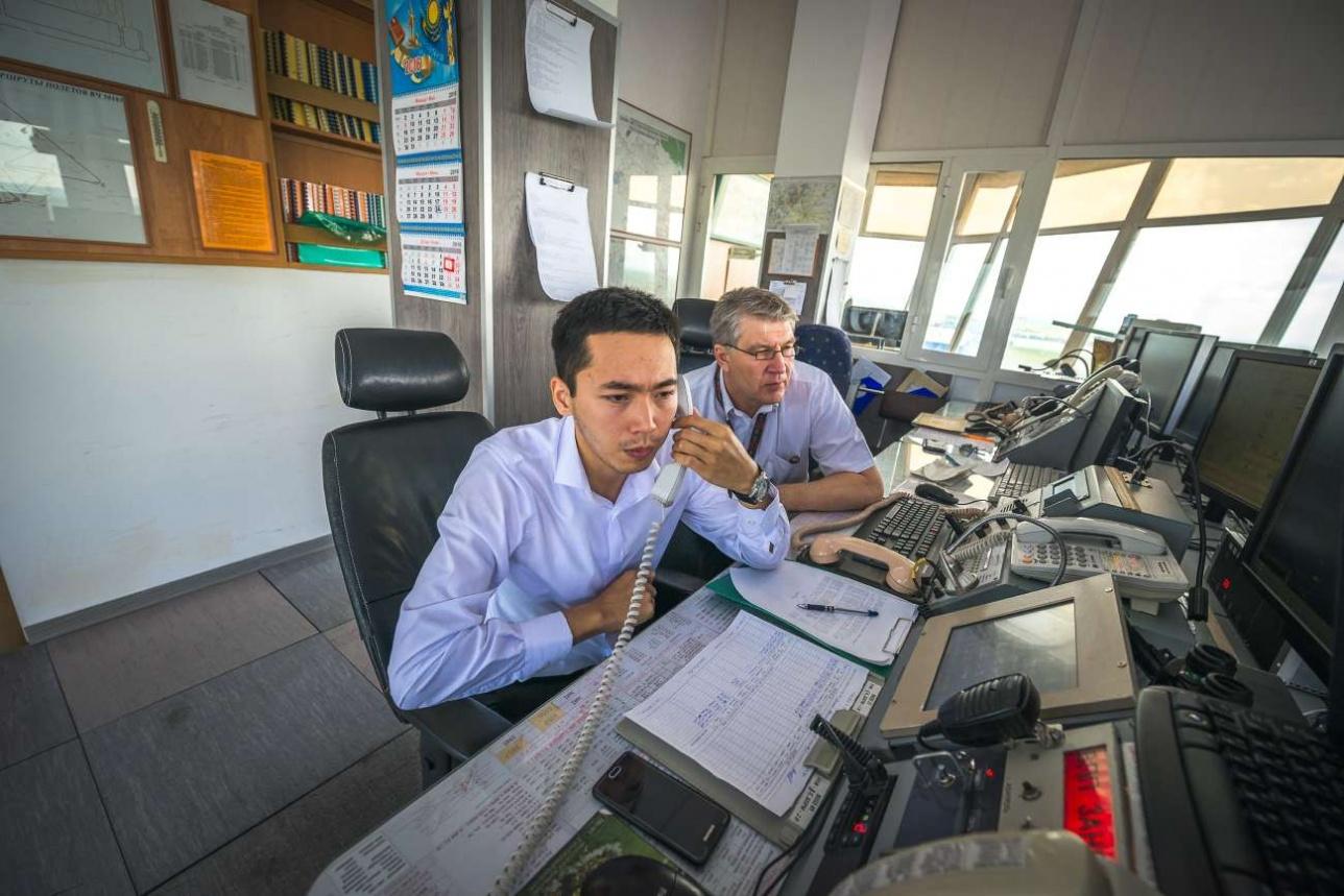 Диспетчеры карагандинского аэропорта во время настройки оборудования