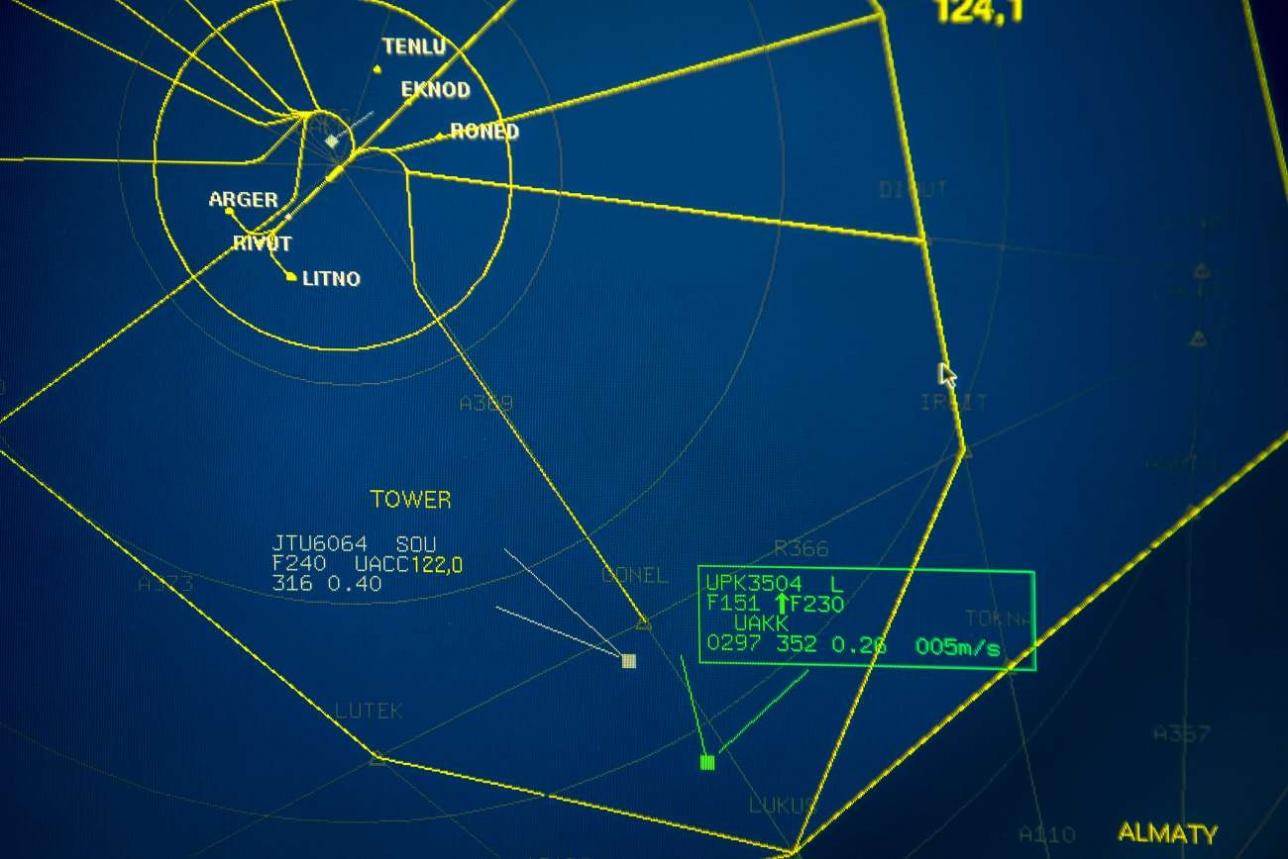 Метка самолета-облетчика на экране радара выделена зеленым цветом