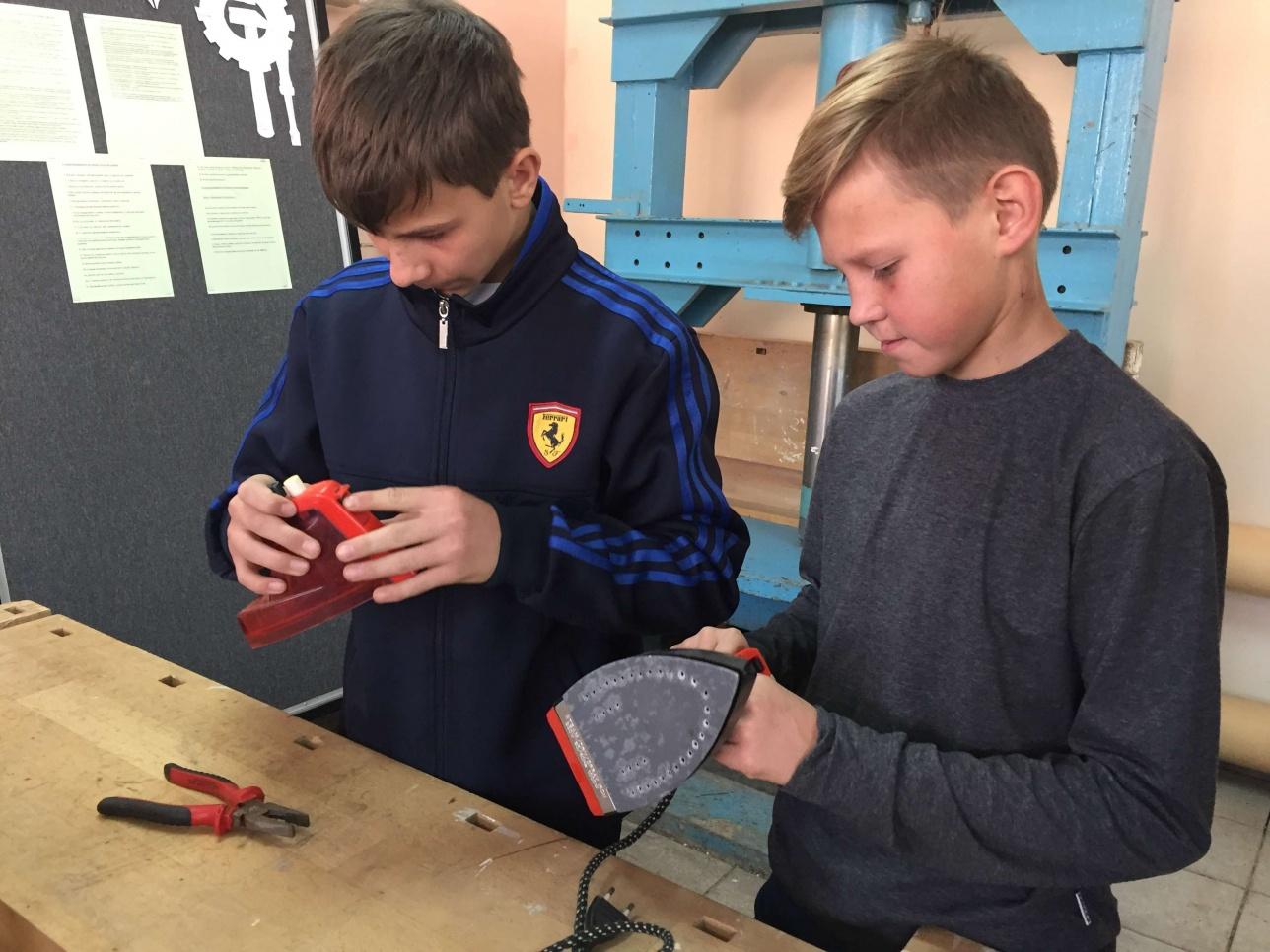 Дети обучаются ремонту электротехники в общественной мастерской Zhas Sheber.