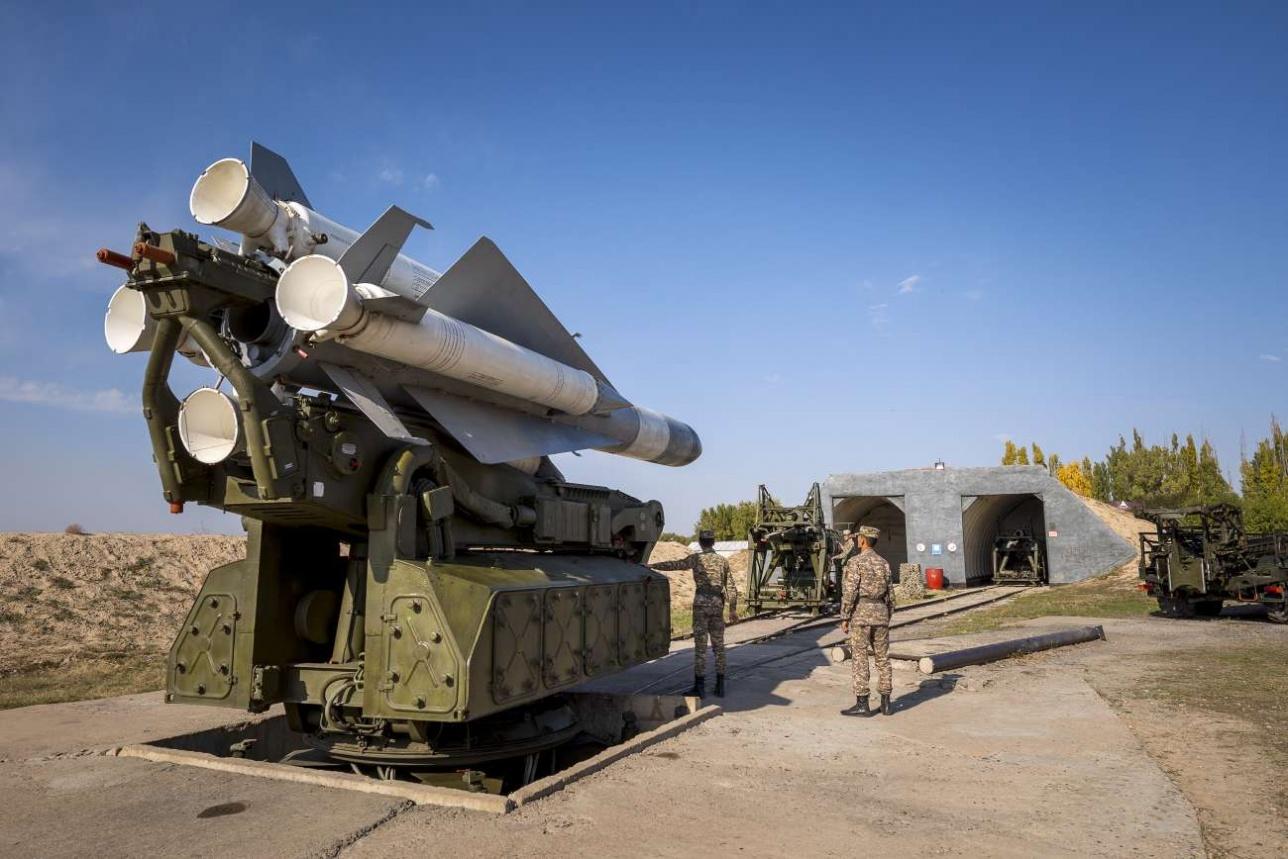 Тренировка личного состава по приведению ракеты ЗРК С-200 в боевое положение