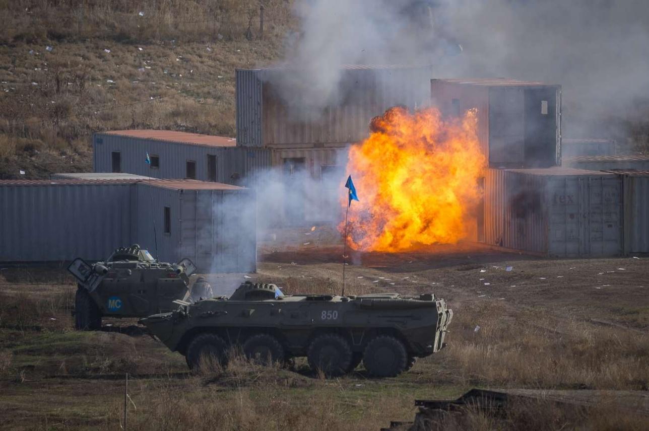 Гранатометчики обстреливают помещение с боевиками