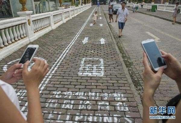 Қытайда да смартфоннан бас көтермейтіндер үшін арнайы жолақ бөлінген