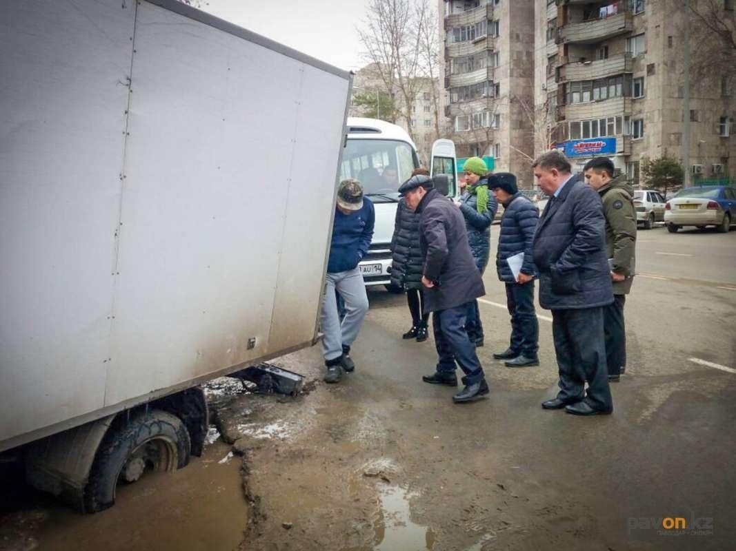 Машину делегация из чиновников вытолкать не смогла