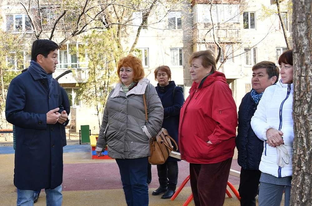 Бауыржан Байбек проинспектировал ход реконструкции дворов