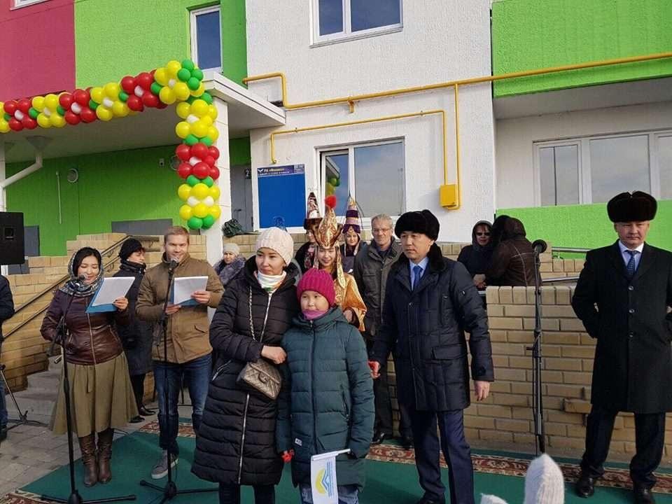 Айнур Таусогарова с дочкой получили ключи от новой квартиры в Костанае