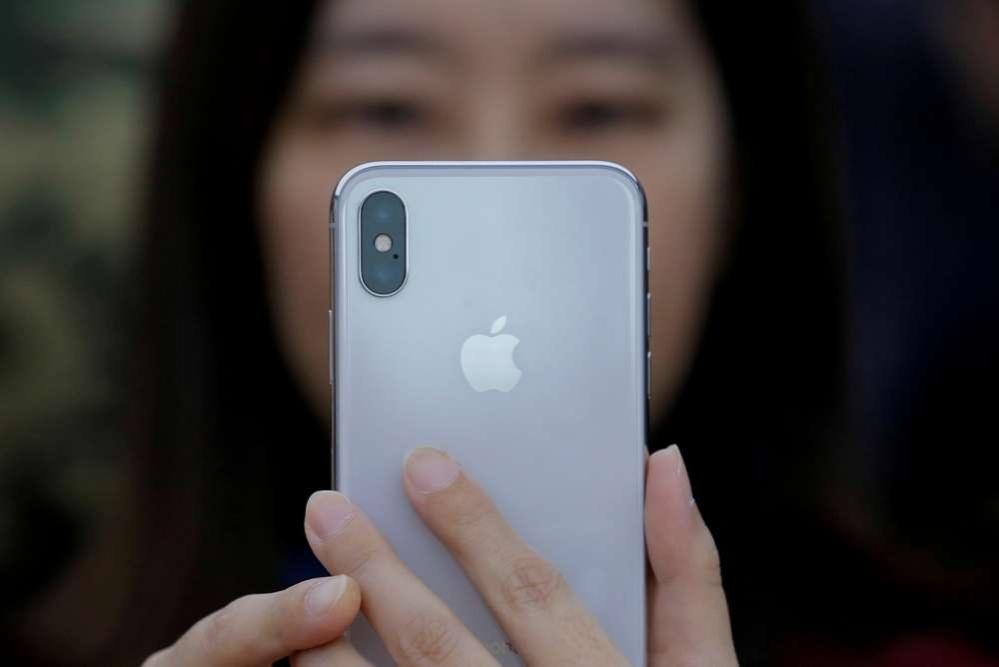 Новый IPhone поступил в продажу 3 ноября. Цены на него начинаются с 999 долларов.