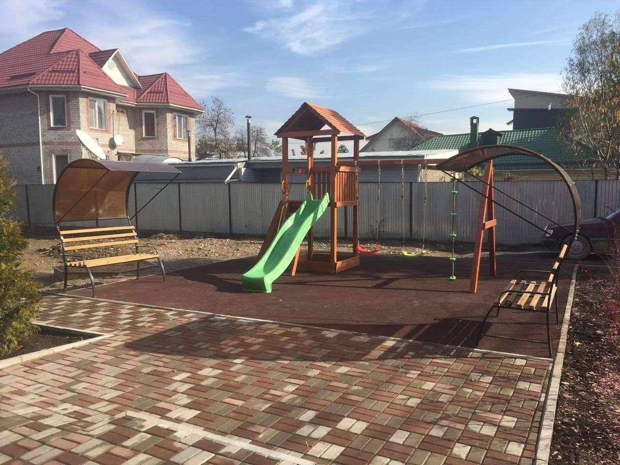 Во дворе приюта предусмотрена детская площадка
