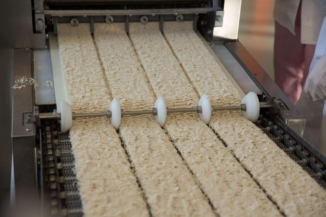 Процесс производства лапши быстрого приготовления.