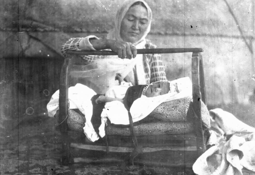 Мать у колыбели / Азия