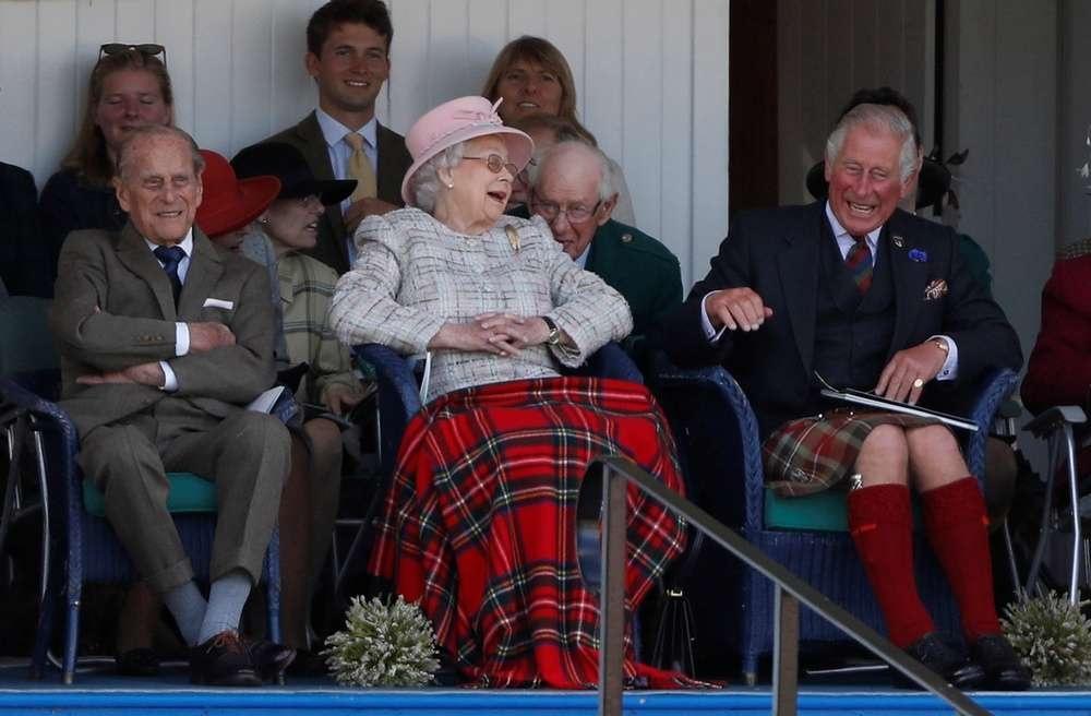 Королева Елизавета II, принц Филипп и их сын принц Чарльз
