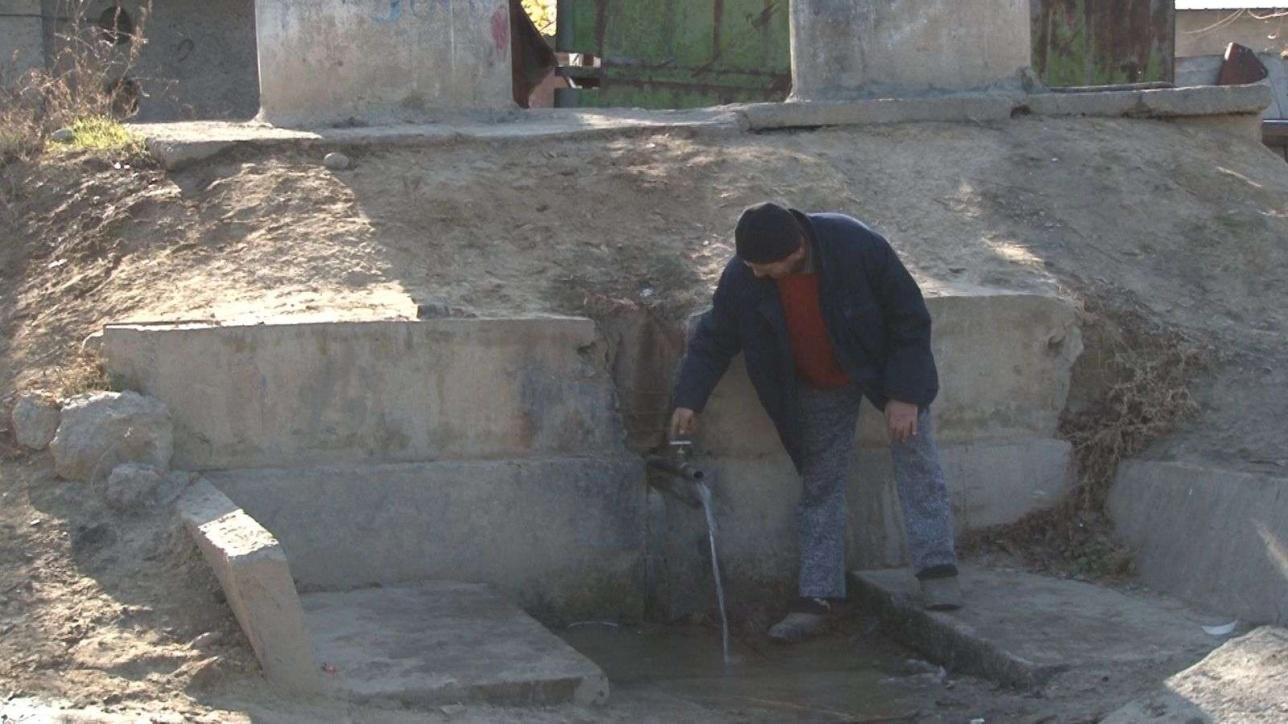 Единственный на весь посёлок источник воды зимой часто перемерзает
