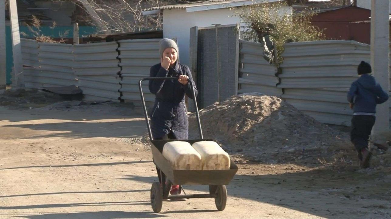 Ежедневно люди с тележками отправляются к единственному в ауле водопроводу