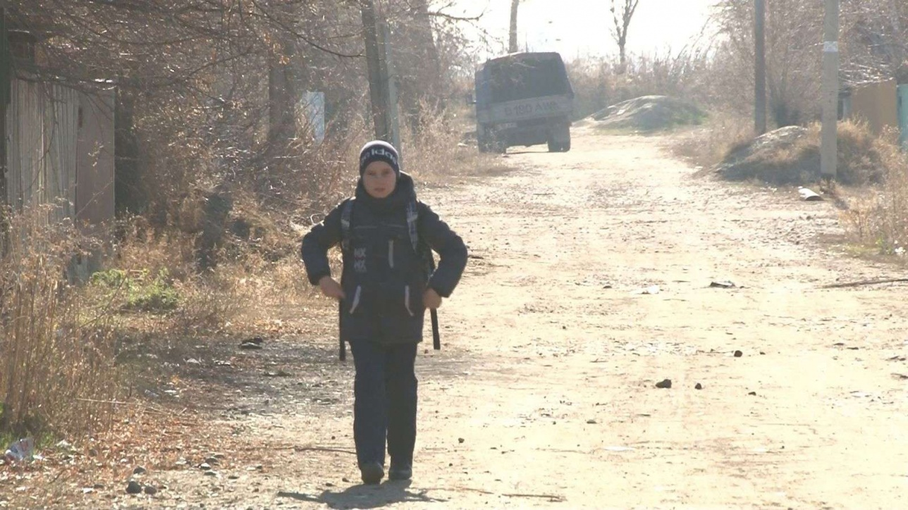 Дети из бесхозного посёлка каждый день ходят по нескольку километров в школу