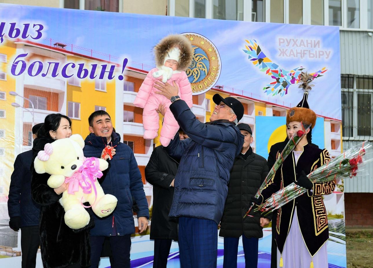 Аким Талдыкоргана вручил родителям 18-миллионной жительницы Казахстана ключи от трёхкомнатной квартиры